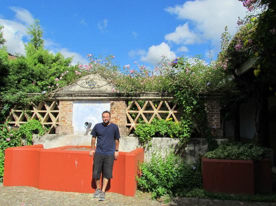Hotel Palacio de Dona Beatriz: Courtyard outside the villa. (Please ignore the handsome gentleman).