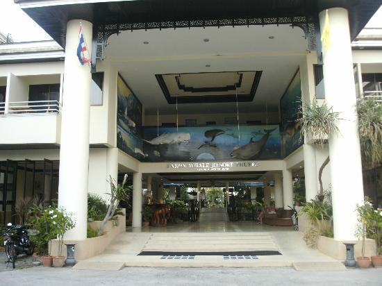 Karon Whale Resort Phuket: Entrén till hotellet