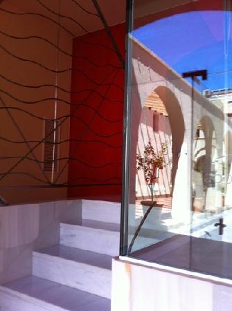 abba Palacio de Arizon Hotel: Reflection of patio.