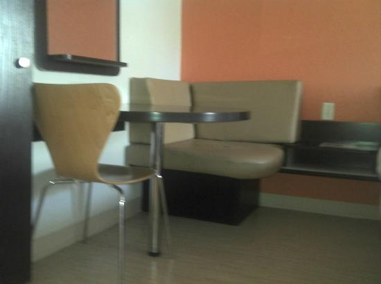 Motel 6 San Antonio Downtown - Market Square: Little Dinette/Work Area! Super Convenient!