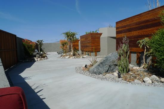 Hotel Lautner: Front courtyard in front of the 3 units with privacy wall