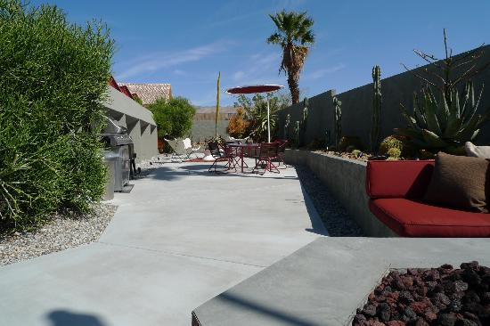 Hotel Lautner: View from the fire pit towards the back where the Honeymoon unit is