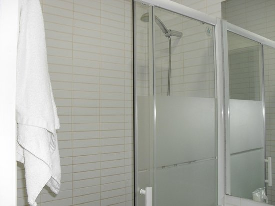 BcnStop Parc Guell: Small bathroom with shower