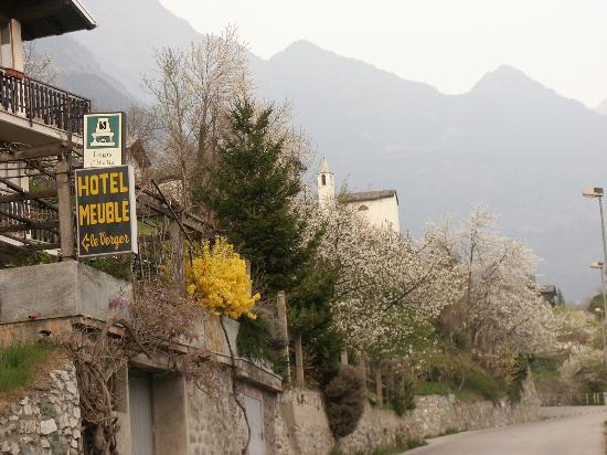 Chatillon, Italien: giardino fiorito dell'albergo