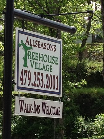 Allseasons Treehouse Village: sign to Allseasons Treehouse Villiage