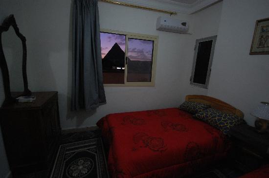 Pyramids View Inn: Pyramids view room  at night