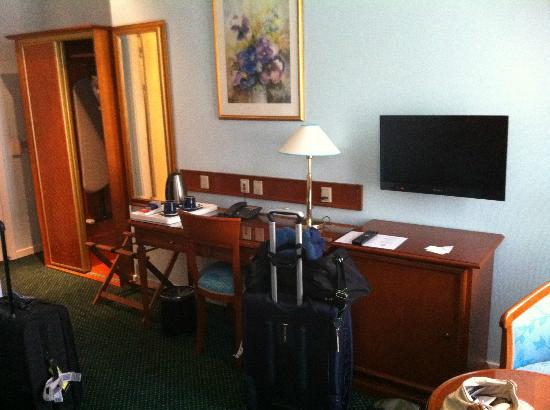 Hotel Du Nord Copenhagen: Desk, TV and closet