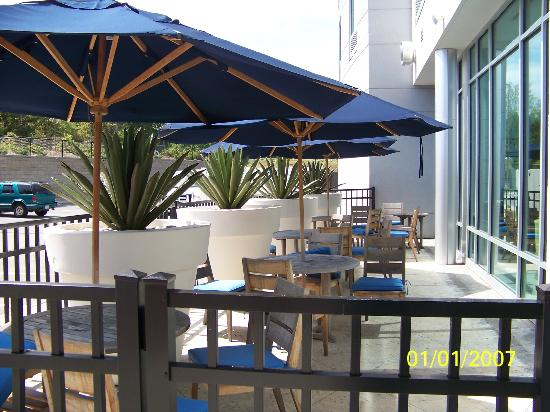Hotel Indigo Raleigh Durham Airport at RTP: Outside eating area