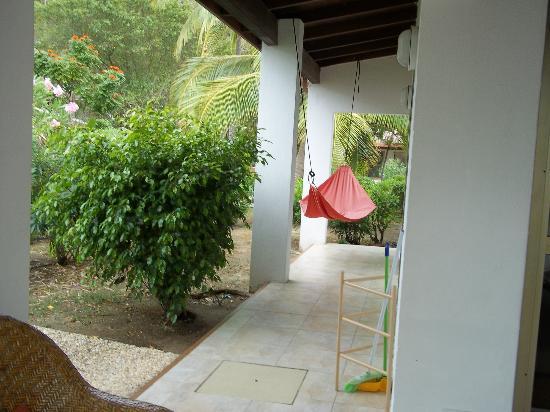 مانجو باي ريزورت: Along the side of the villa was this comfy hammock