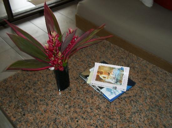 Mango Bay Resort: Fresh flowers in the living room everyday!