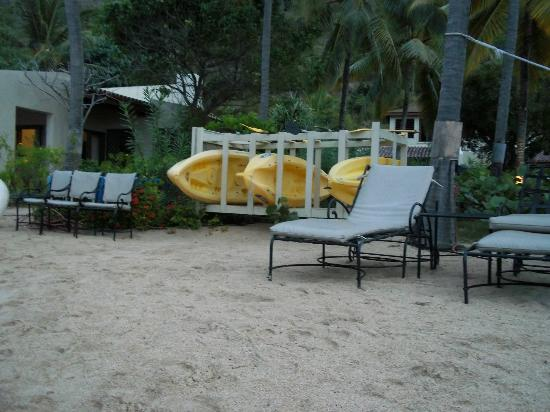 Mango Bay Resort: Outdoors on the beach were kayaks you could use.
