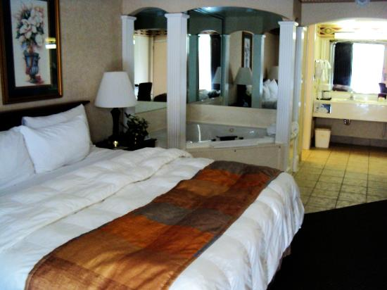 Best Western Inn of the Ozarks: King size, pillowtop bed with jet tub
