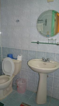 Hotel Bahia Subic : The hotel bathroom