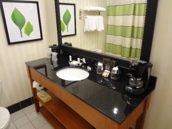 Fairfield Inn & Suites Seattle Bellevue/Redmond: Big bathroom