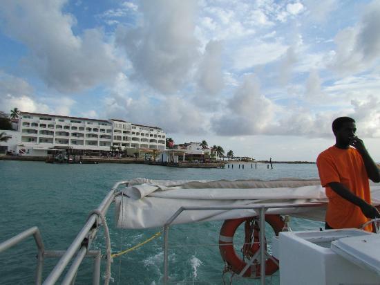 Calypso Dinner Cruise: Leaving the marina.