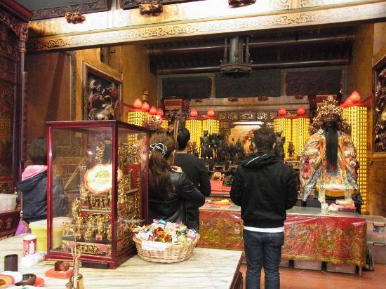 Xiahai Chenghuang Temple: それぞれの神様に3回ずつ頭を下げて、氏名・生年月日・住所・お願いを伝えます。