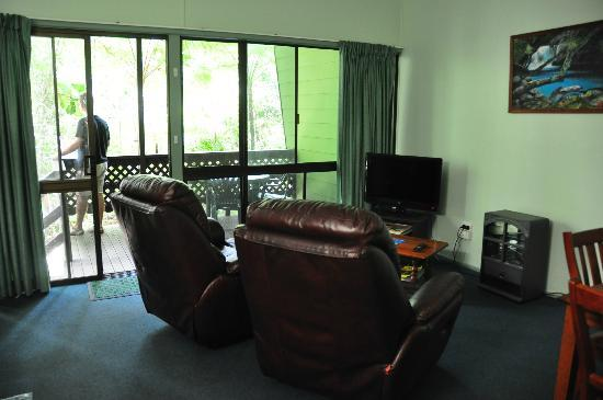 Chambers Wildlife Rainforest Lodges: Lounge room with comfortable reclining chairs