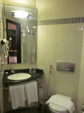 Ibis Sharq Kuwait: Bathroom