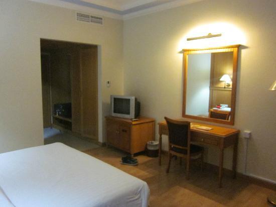Swiss International Palace Hotel: TV and Desk