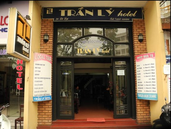 Tran Ly : Entrance to the hotel