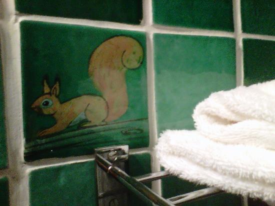 Hôtel Restaurant Le Mas des Ecureuils : détail salle de bain
