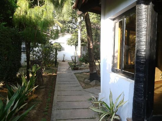Chhuti Holiday Resort: This is a view of the dining room and adjoining cottage
