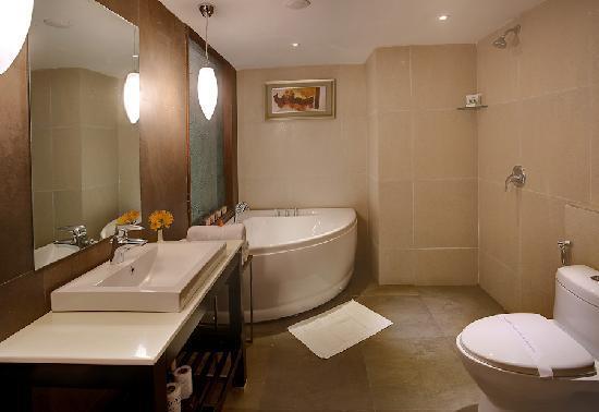 Sinclairs Retreat Ooty: Honeymoon Suite - Bathroom
