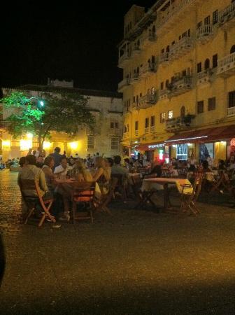 Plaza Santo Domingo: la piazza piena di notte