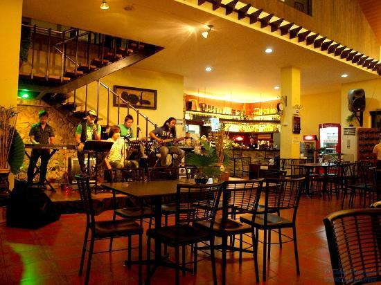 Rosales, Filipinas: Wide range of dine in music.