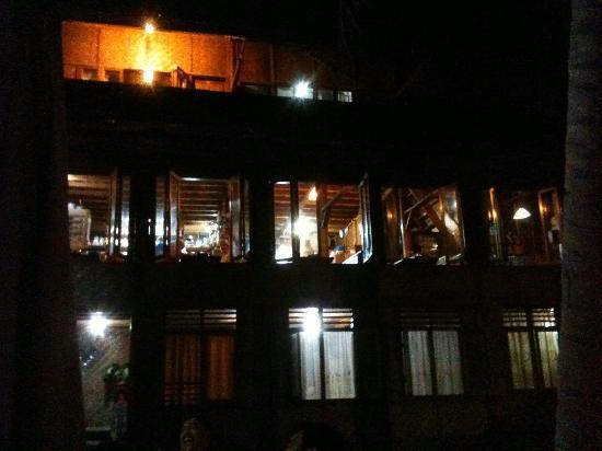 Freddies Santai Sumurtiga: Freddie's main building and dinner restaurant at night.