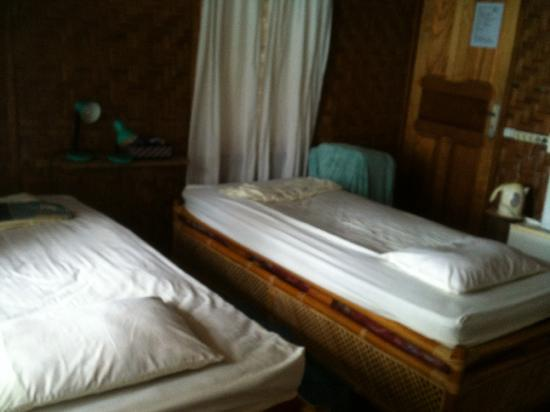 Freddies Santai Sumurtiga: Single beds in the family triple.