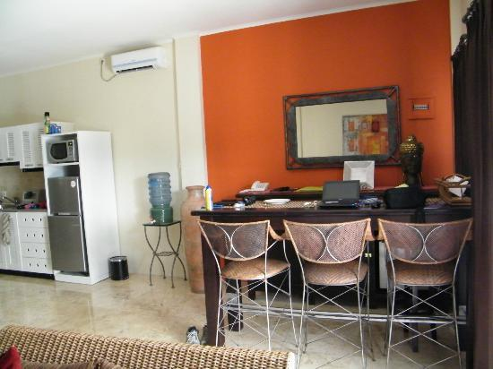 Beach Melati Apartments: bar area