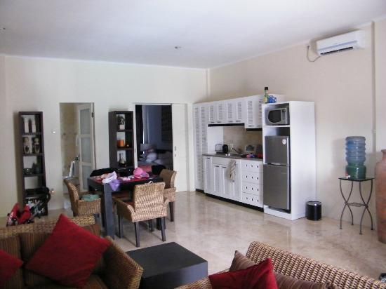Beach Melati Apartments: kitchen area