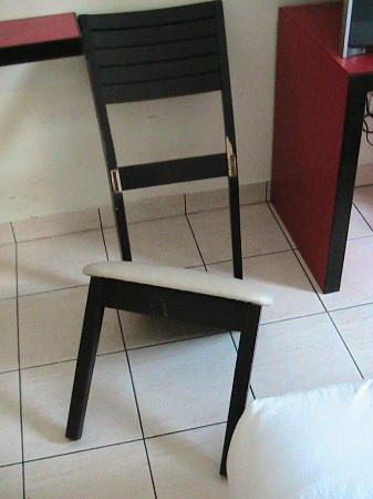 Replica Inn - Bukit Bintang: A BROKEN CHAIR WAS IN MY ROOM (OBVIOUSLY A HEAVY, PREVIOUS GUEST BEFORE BUT IT SHOULD BE MAINTAI