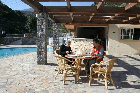 Villa Mare Monte: petit dej au bord de la piscine