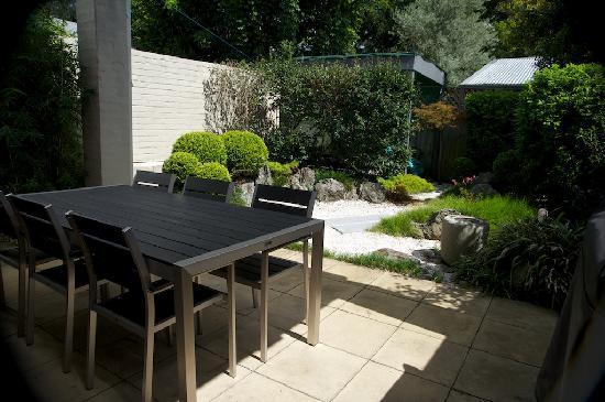 Forsyth Bed & Breakfast: Breakfast in Japanese garden
