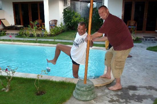 Safety Stop Bungalows: Ralf wirft seine Gast IMMER! persönlich in den Pool...