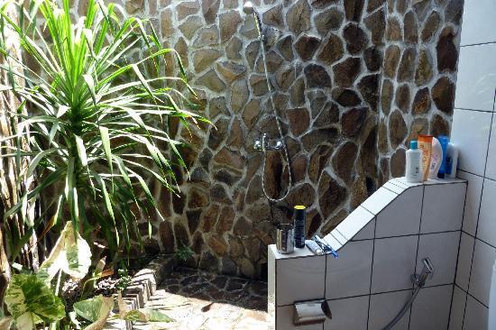 Safety Stop Bungalows: Duschen mit Palme