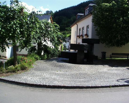 Meerfeld, Allemagne : Dieser wunderschöne Brunnen direkt vor dem Brunnenstübchen war der Namensgeber