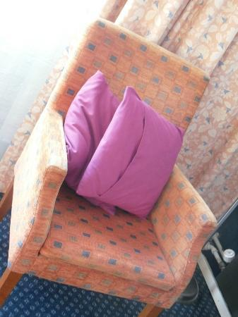 Apollo Hotel Lelystad City Centre: Worn armchairs; the famed decorative cushions