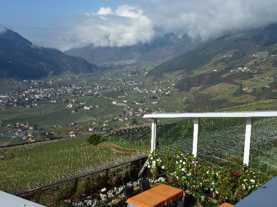 Erika: Blick vom Balkon über Terrasse Richtung Algund und Vinschgau