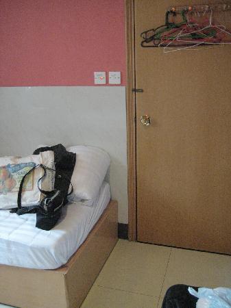Comfort Hostel HK: Bed & Door