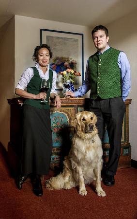 Alpengasthof Zollwirt: Eure Wirtsleut Belinda und Peter mit Balou