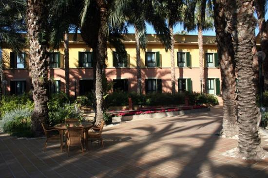 Jardin Milenio: courtyard at rear of hotel