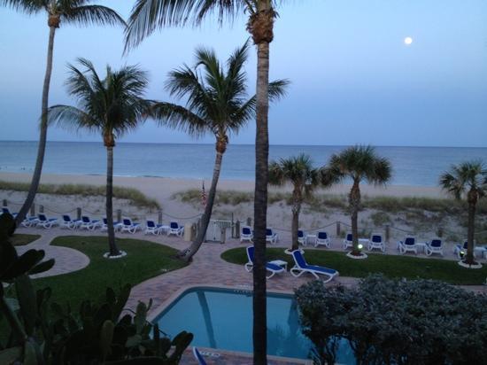 Tropic Seas Resort: moon over the courtyard at Tropic Seas