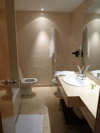NH Ciudad de Zaragoza: Baño