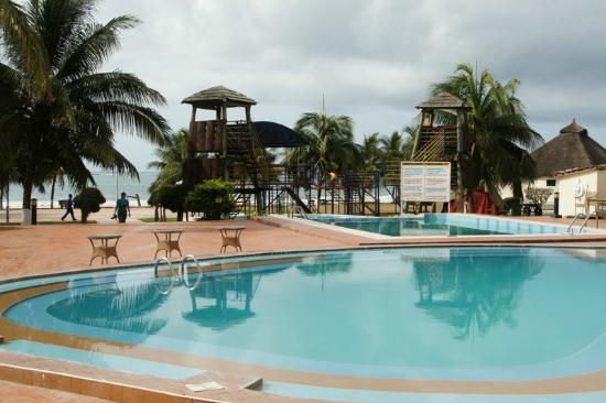 Busua, Ghana: Pool area overlooking the beach