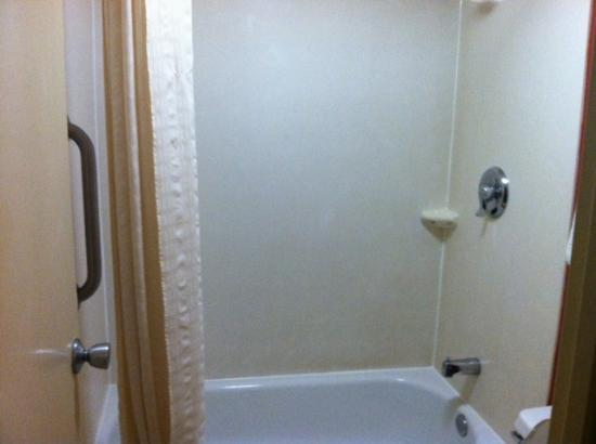 Red Roof Inn: Shower
