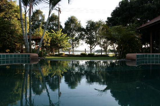 Viang Yonok Hotel, Restaurant, Sports Club: Blick vom Pool auf den See