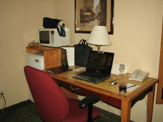 Sandman Signature Mississauga Hotel: Desk, microwave and fridge